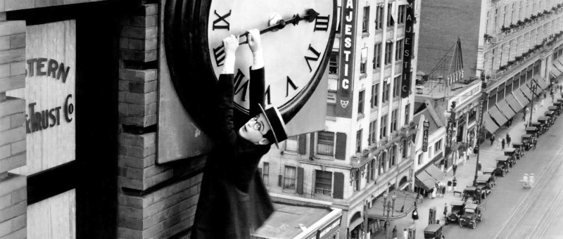 Harold-lloyd-hangs-from-the-clockface-in-safety-last1
